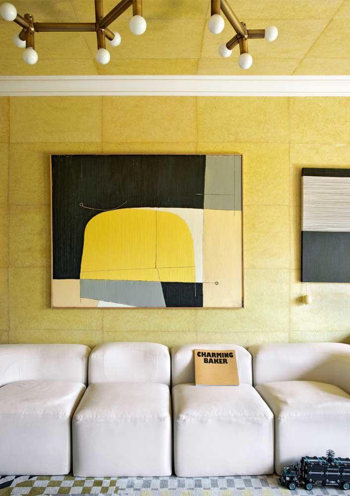 Que tal um quadro amarelo para reforçar a cor que também está na parede?