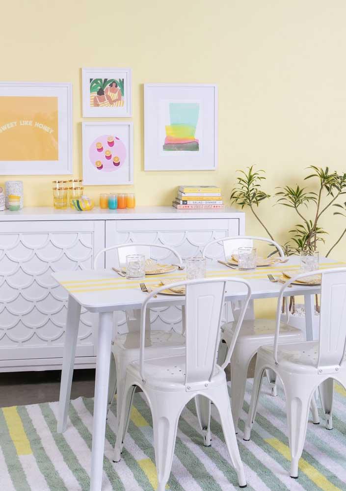 Para a sala de estilo retrô, uma parede amarela em tom pastel