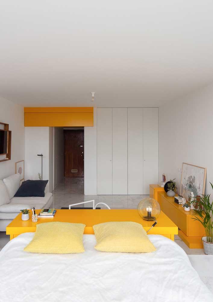 Já essa sala ampla e moderna, apostou no uso do branco como pano de fundo para os detalhes em amarelo