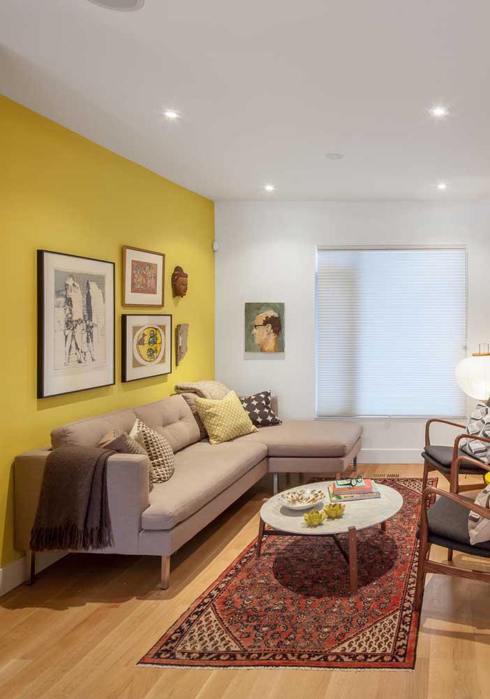 Repare no que uma simples parede amarela pode fazer por uma sala. A iluminação indireta ajuda a criar sensação de conforto