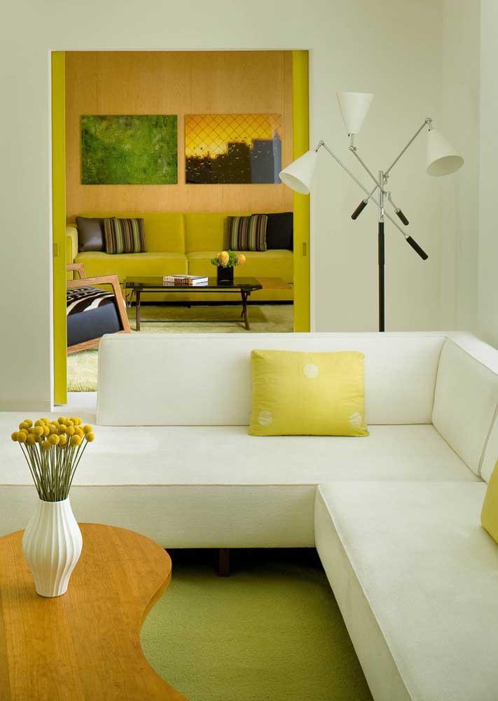 Para uma sala elegante, crie uma base branca e neutra e insira o amarelo em pequenos detalhes