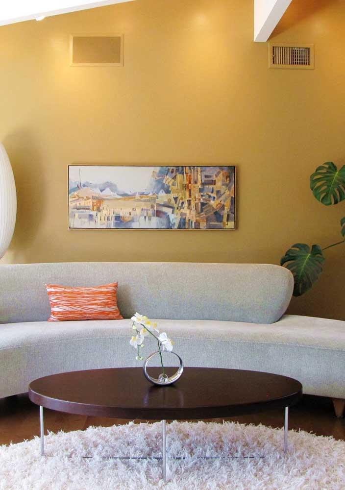 Reforce o efeito da cor amarela na parede usando luzes indiretas
