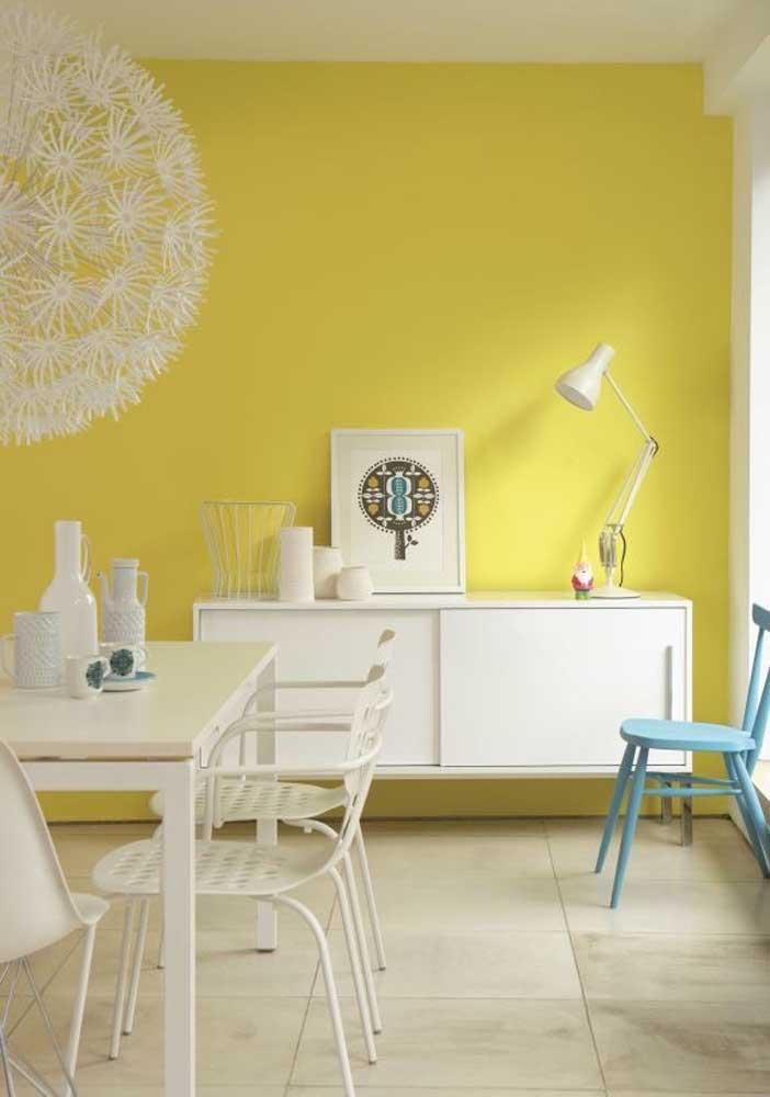 Parede em tom de amarelo cítrico para trazer frescor para sala de estar integrada