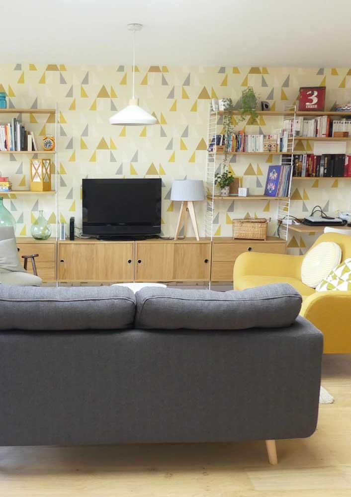 E se ao invés de pintar a parede você usar papel de parede com detalhes amarelos?