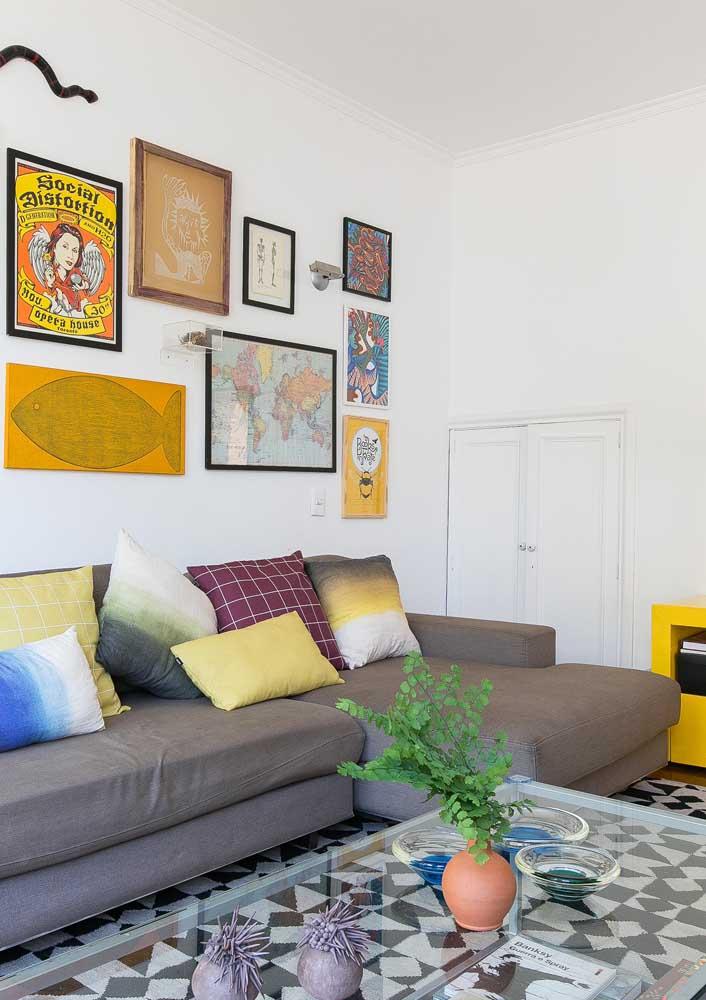 De um lado, uma sala de estar simples decorada com detalhes em amarelo
