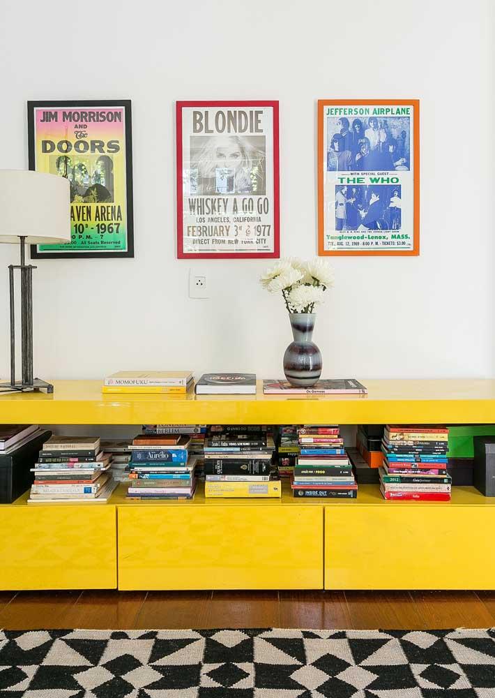 E do outro lado, um belo rack amarelo para criar aquele efeito na decor