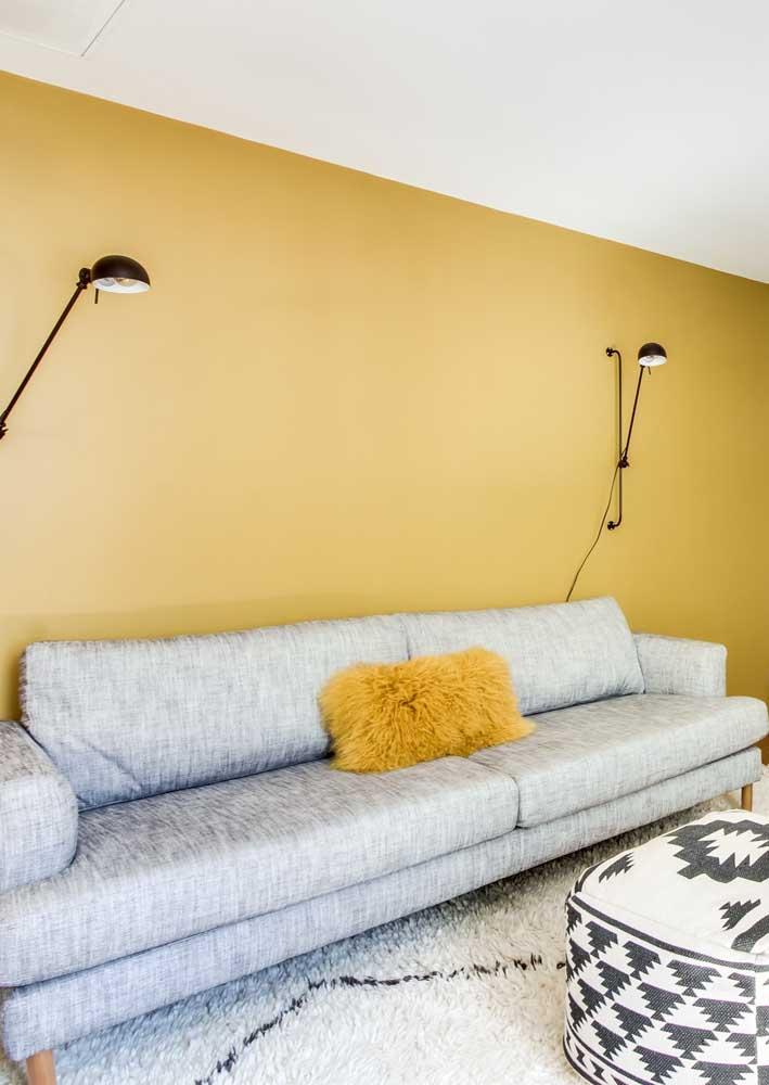 Já aqui, a parede amarela casou como uma luva com o sofá cinza