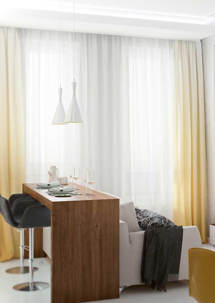 Já pensou em cortinas amarelas? Essa sala optou por uma com efeito degradê