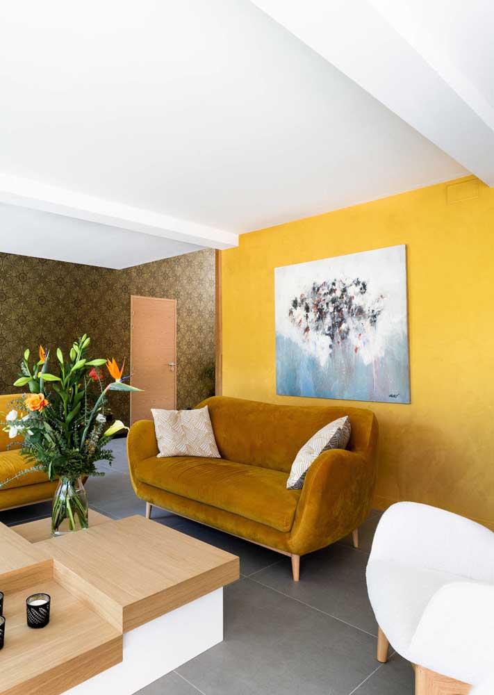 Por aqui, a dica é apostar em um tom de amarelo, já chegando na casa do laranja, combinado ao uso de móveis marrons