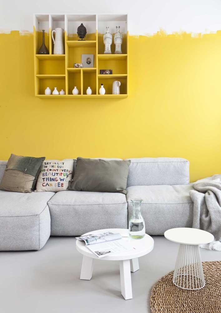Quer uma parede amarela diferente? Então aposte nesse modelo, onde as marcas do pincel ficam aparentes