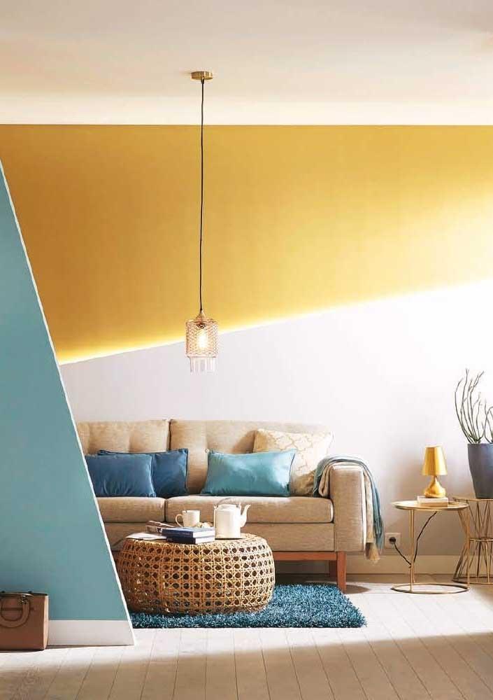 Parede geométrica branca e amarela