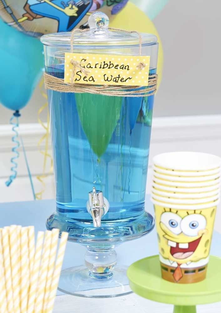 Bebida azul para combinar com a decoração da festa Bob Esponja