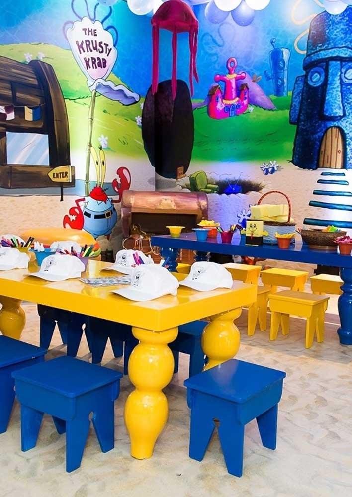 Salão decorado e pronto para receber as crianças da festa Bob Esponja. Repare que os tons de azul e amarelo predominam no ambiente