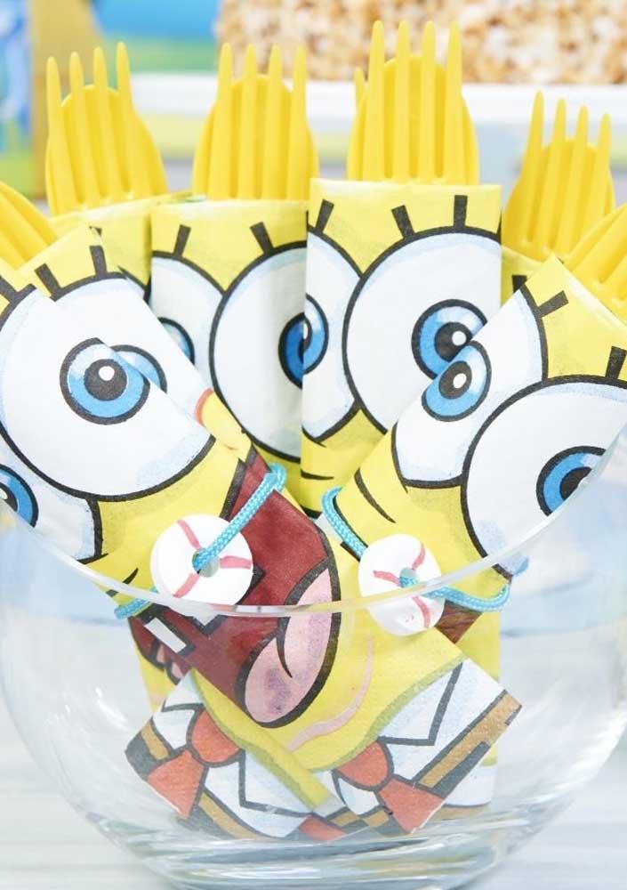 Talheres amarelos embrulhados em guardanapos personalizados. A festa fica completa assim!
