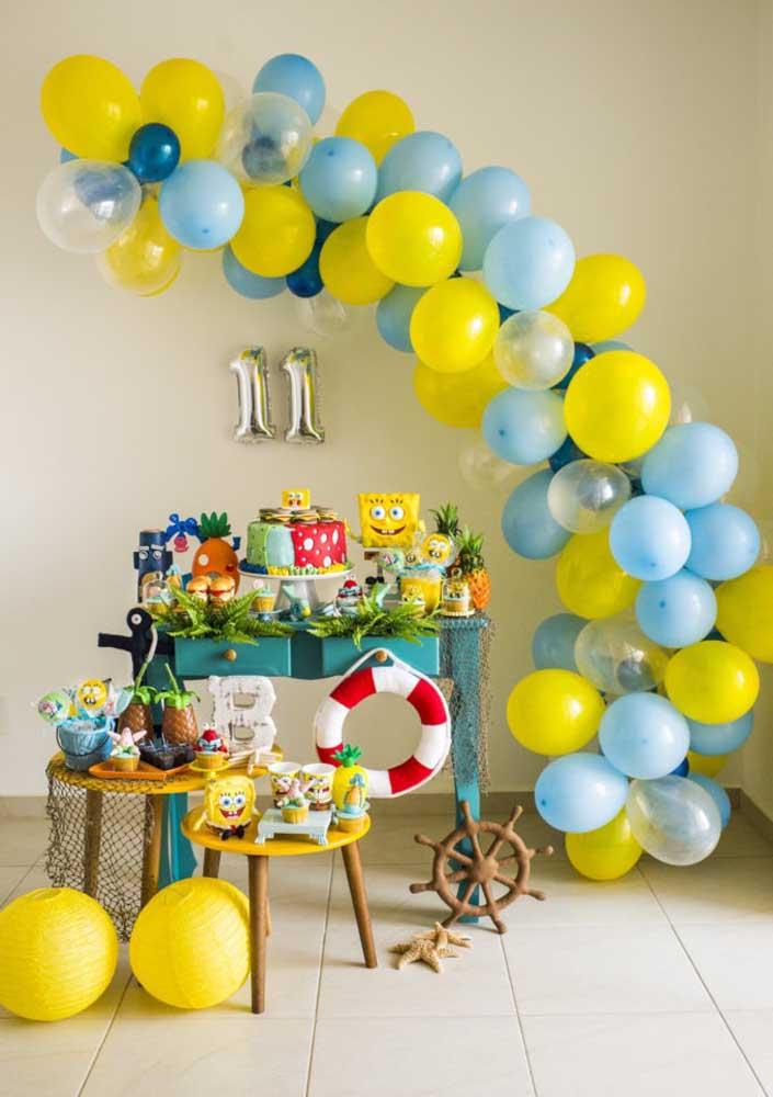 Festa Bob Esponja simples. Destaque para o arco de balões que dá volume para a decoração