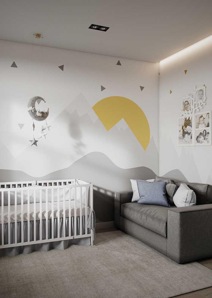 Quarto de bebê masculino moderno em tons de cinza e amarelo. Destaque para a pintura na parede