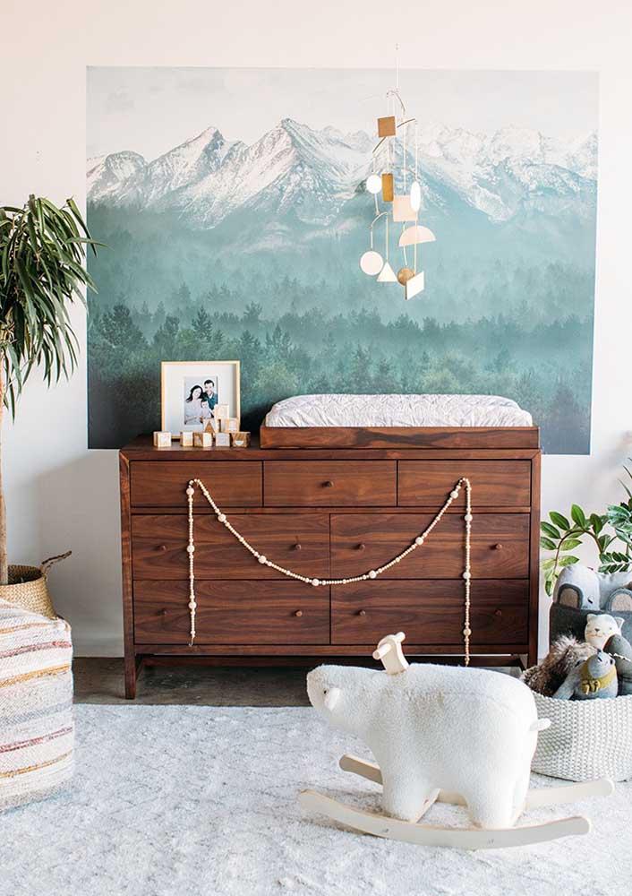 Por esse outro ângulo é possível perceber o mesmo quarto anterior, só que dessa vez focado no móvel de madeira como sinônimo de conforto e aconchego para o quarto de bebê masculino