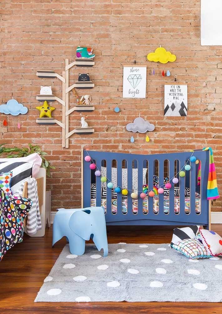 A parede de tijolos aparentes garantiu um clima descontraído e aconchegante para o quarto do bebê