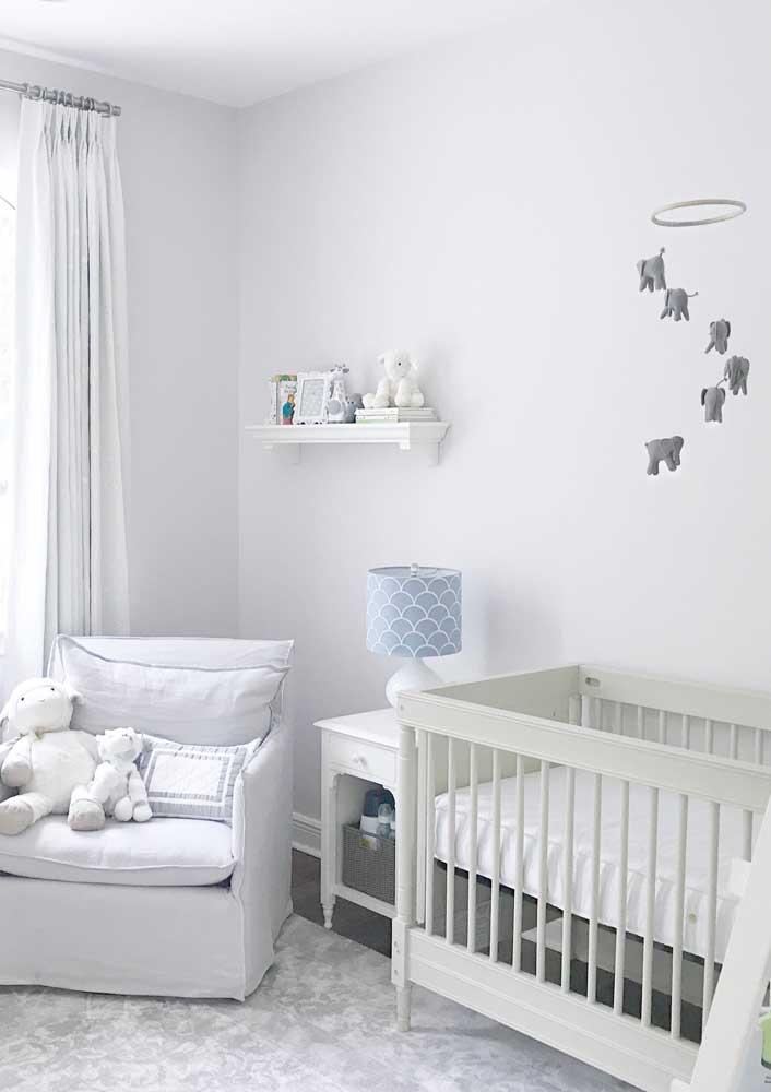 Claro e elegante, esse quarto de bebê masculino trouxe uma paleta de Off White para decoração