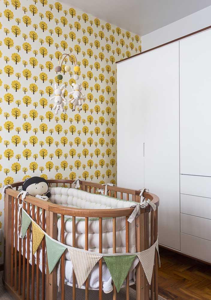 O bercinho redondo de madeira é um charme só nesse projeto de quarto de bebê masculino
