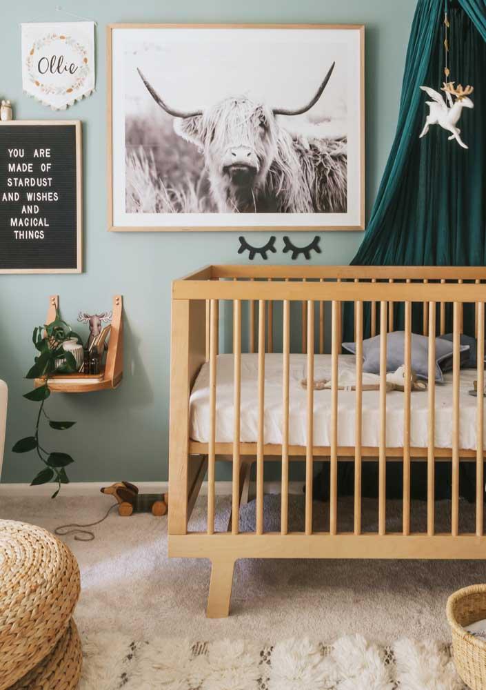 Cabaninha, plantas e animais trazem um clima rústico e acolhedor para o quarto do bebê, mas sem cair em clichês