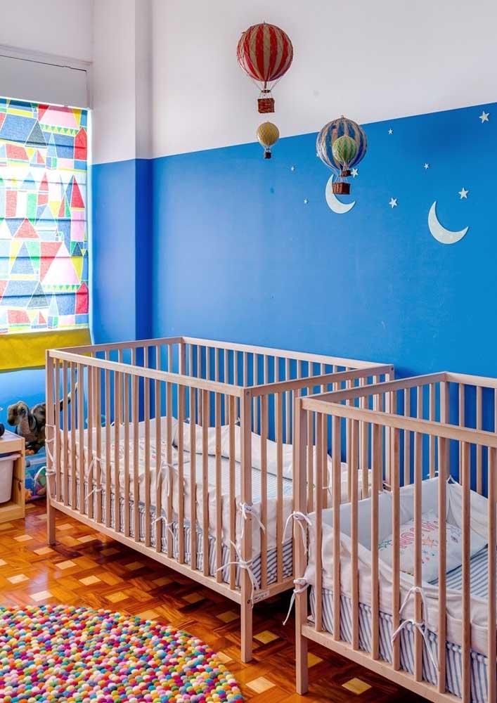 E para os gêmeos, um quarto decorado com balões