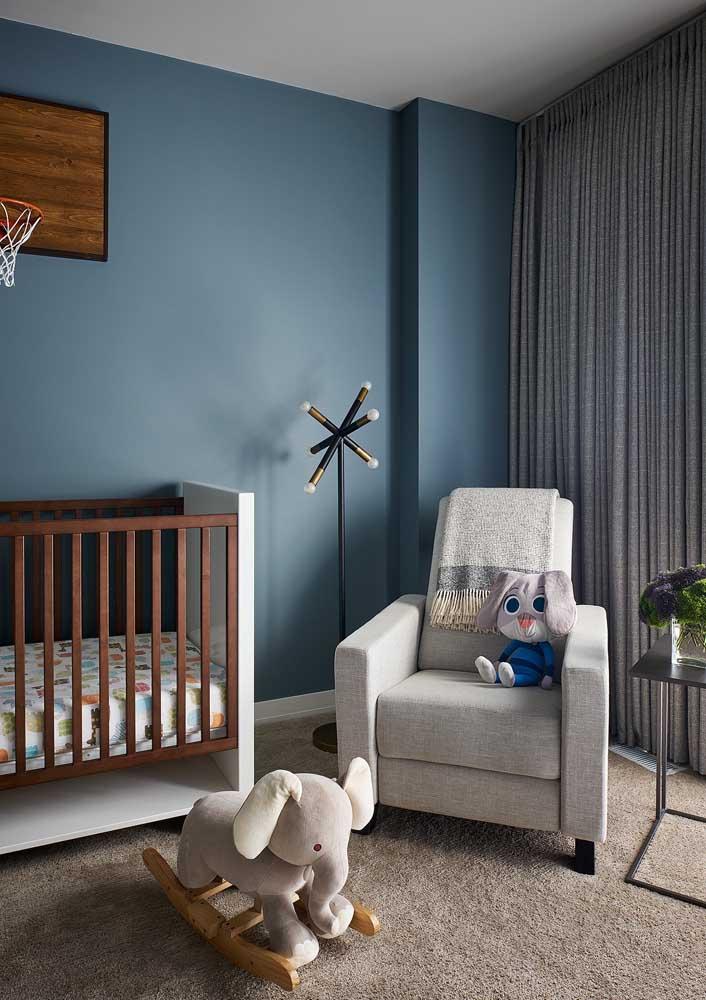Aqui, o tom sóbrio de azul garante um quarto de bebê masculino moderno e cheio de requinte
