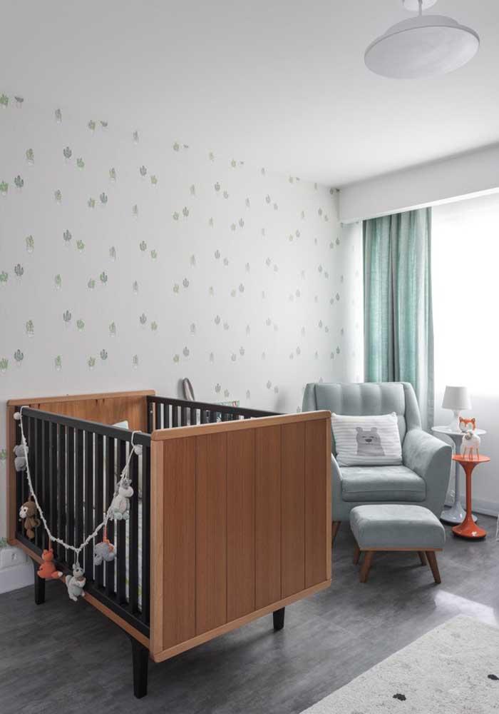 Esse quarto de bebê masculino em tons neutros ganhou um leve frescor com os detalhes em verde