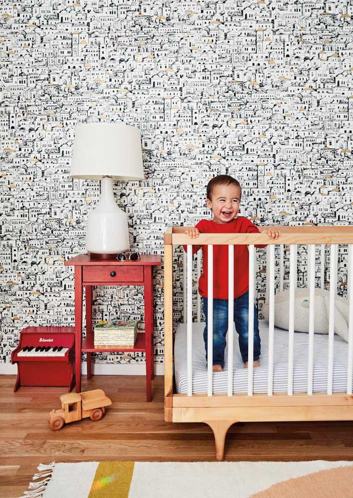"""Já aqui, para """"diluir"""" o efeito da estampa do papel de parede, foram usados móveis em tons neutros e amadeirados"""