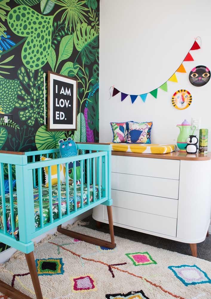 Uma estampa de papel de parede diferenciada pode fazer toda diferença na decoração do quarto de bebê masculino