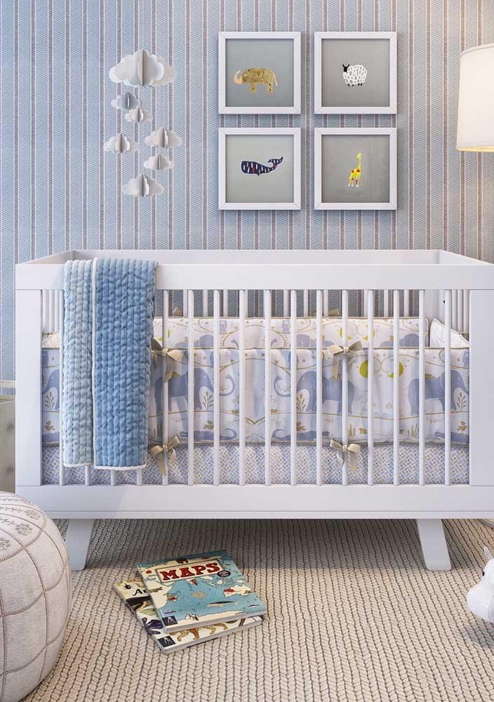 O azul e branco desse quarto de bebê masculino apostou em texturas e estampas diferenciadas para se tornar original, mas sem fugir da tradição