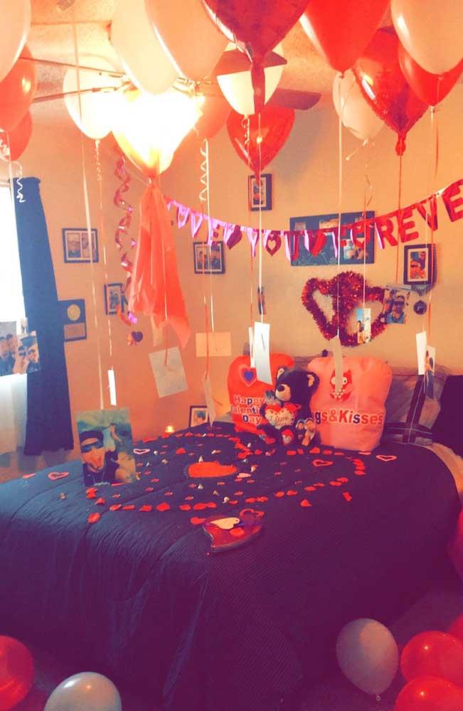 Surpresa para namorada no quarto: balões e corações