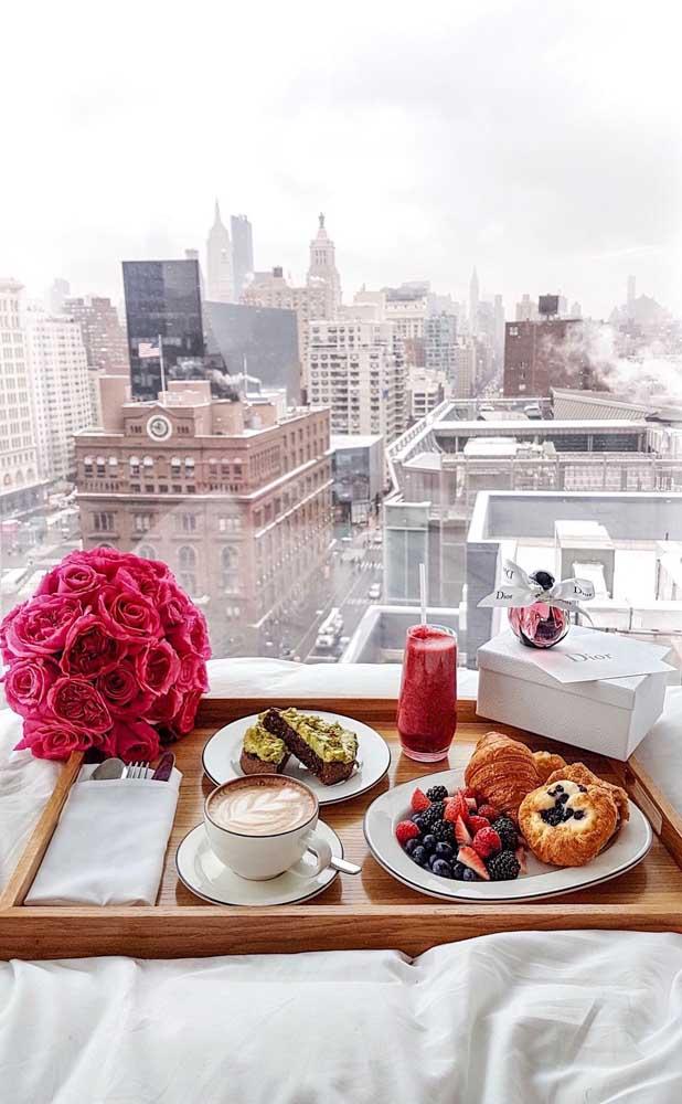 Café da manhã surpresa para namorada acompanhado de uma linda vista da janela