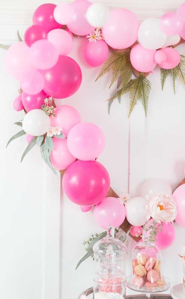 Arco de balões com flores para a surpresa ficar ainda mais bonita