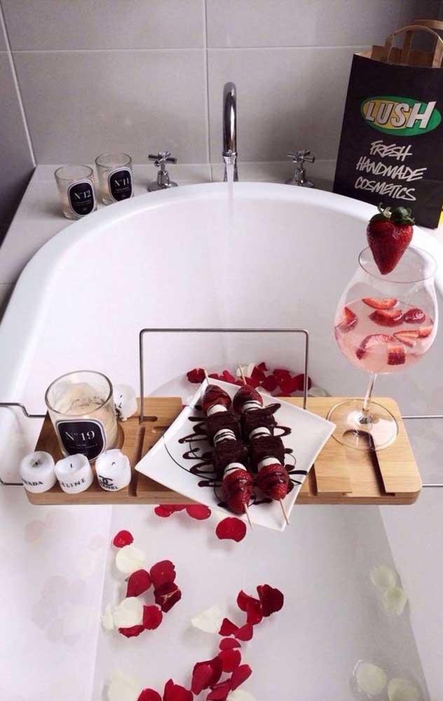 Que tal um banho quentinho e bem romântico?