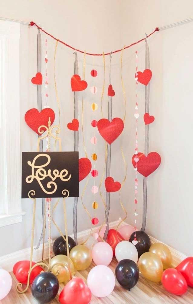 Balões e corações de papel para uma surpresa barata e romântica