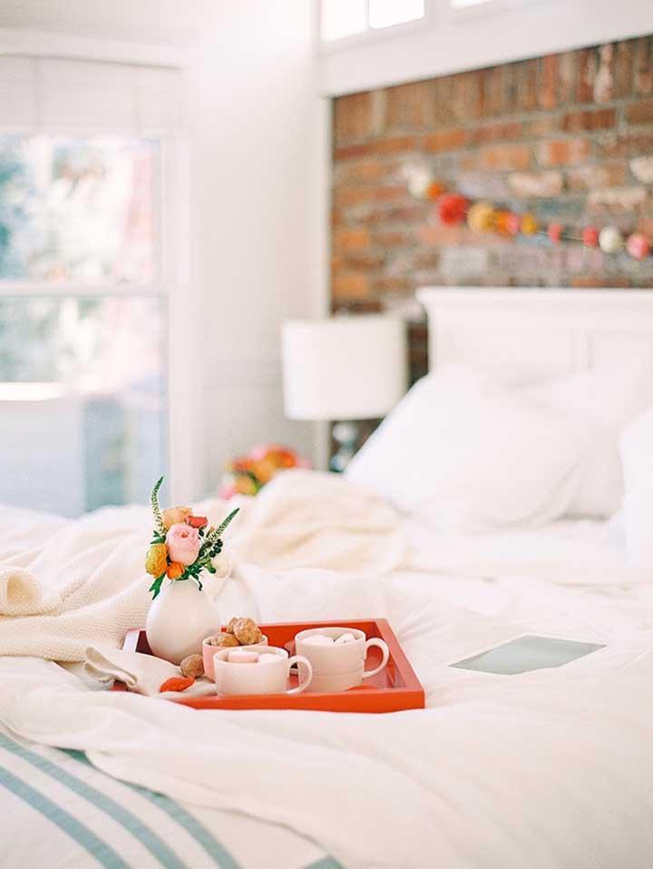 Aquele cafezinho na cama simples, mas que enche o coração de amor!