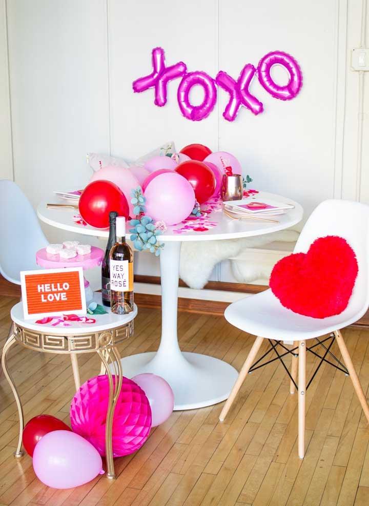 Surpresa para namorada com vinho e balões