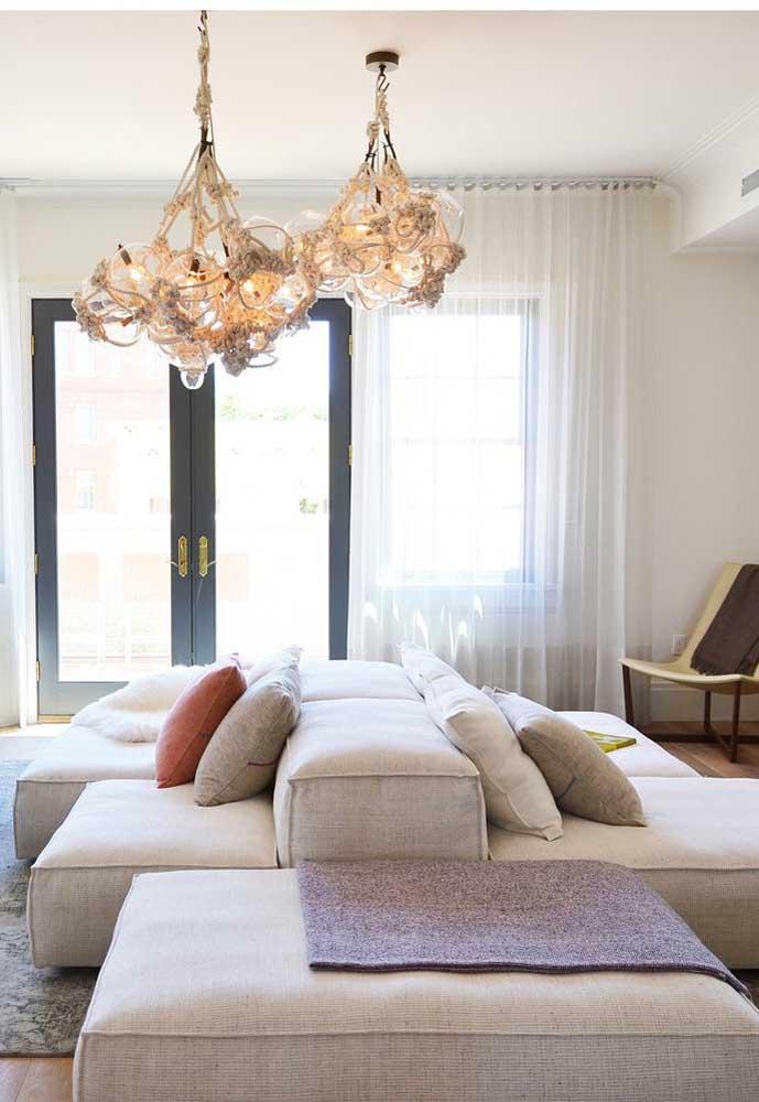 O uso de sofás modulares, pois integram mais e se adaptam a qualquer tipo de sala.
