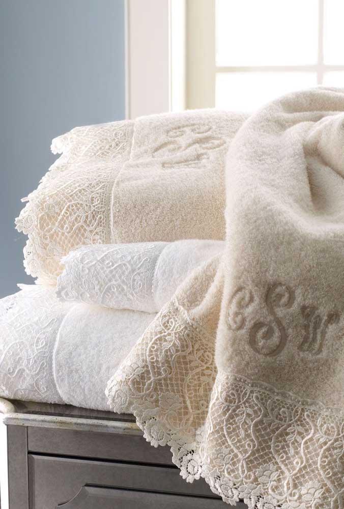 Jogo de toalhas de banho com detalhe em renda na barra. Repare que as toalhas ainda carregam as iniciais do nome do casal