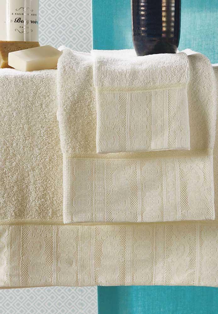As delicadas toalhas amarelas ganharam um toque especial de renda na mesma cor