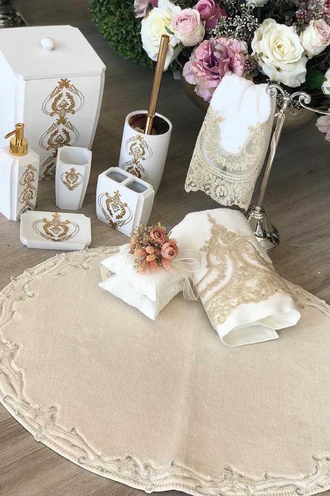 Toalhas brancas com renda dourada para um banheiro glamoroso