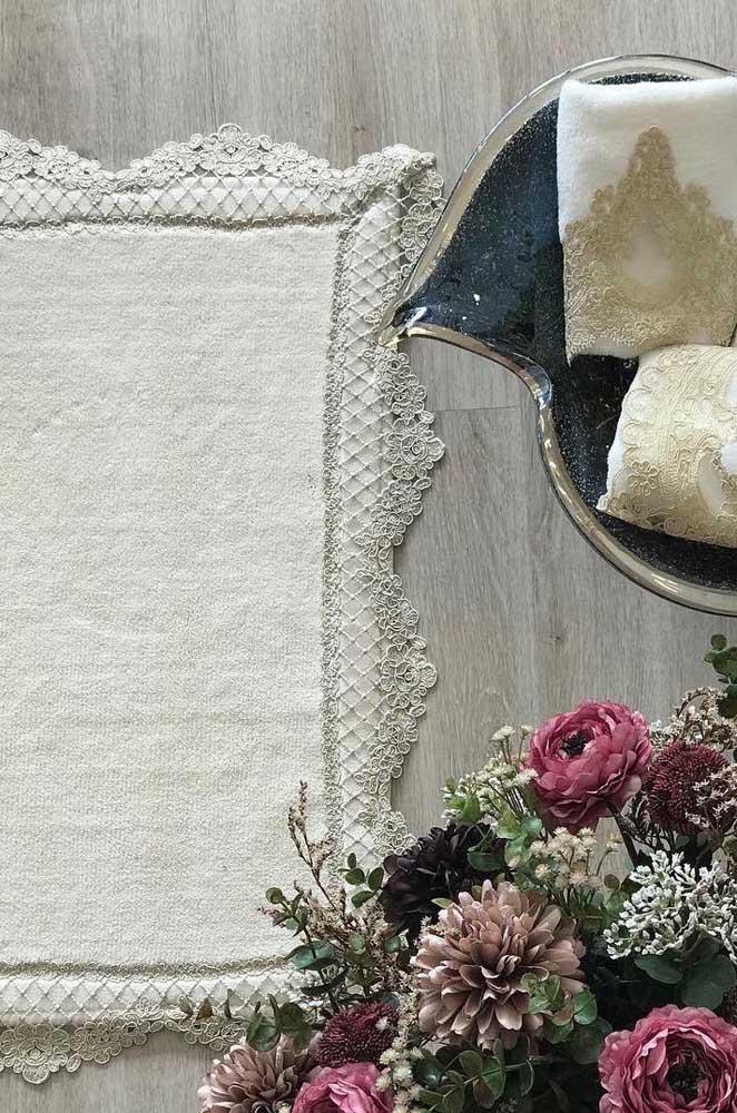 Sabe aquele tapetinho de toalha? Experimente aplicar um barrado de renda nele e se surpreenda com o resultado