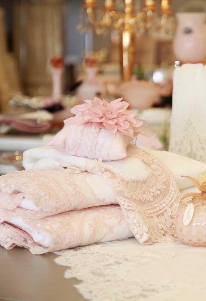 E para deixar tudo ainda mais delicado e romântico, aposte em um jogo de banheiro rendado cor de rosa