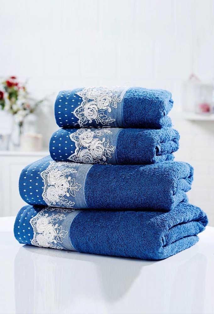 Lindo contraste entre o azul das toalhas e o branco da renda