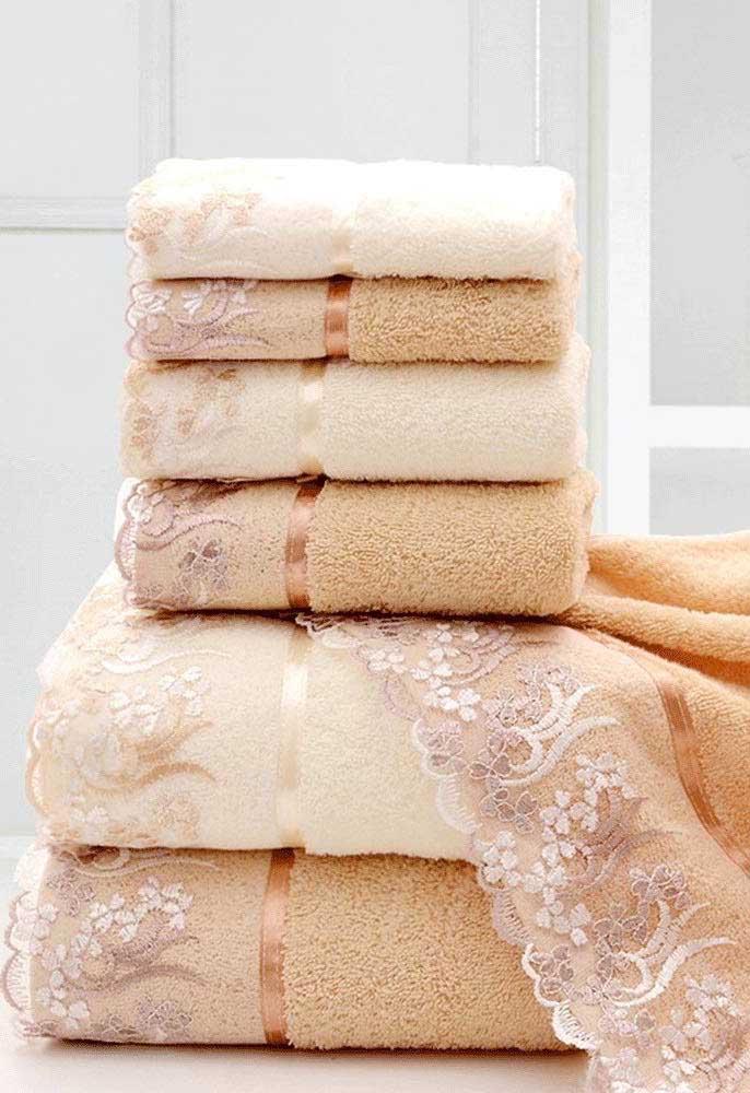 As fitas de cetim dão o acabamento final a esse jogo de toalhas rendadas
