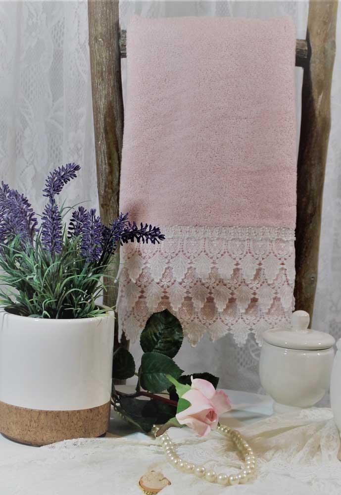 Banheiro de estilo rústico e romântico com toalha de banho rendada: feitos um para o outro