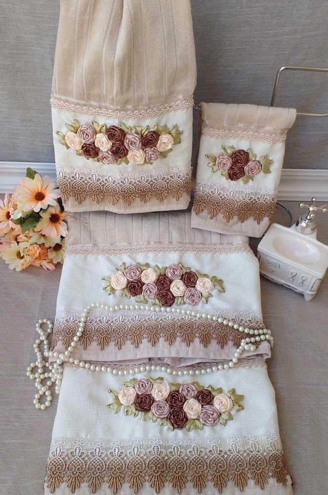 Conjunto de toalhas rendadas com aplicação de flores de cetim