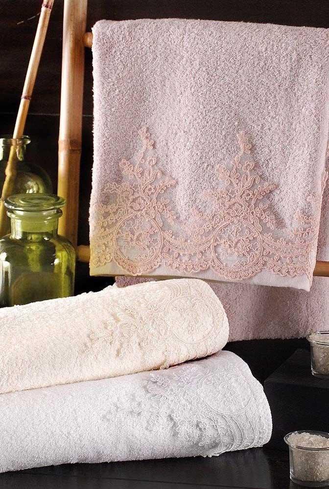 Aqui, a opção foi usar uma renda bem fina e delicada para decorar as toalhas de banho