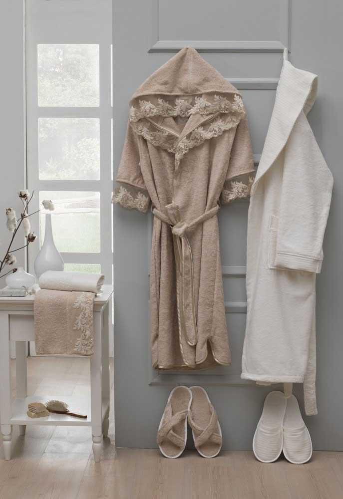 Roupão e toalhas rendadas para deixar o banheiro todo combinando